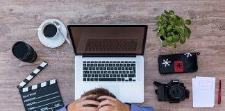 Hovedpine giver spændinger foran computeren